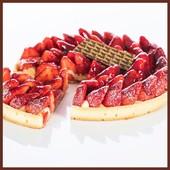 Délice culinaire de saison, la tarte aux fraises est la numéro un des desserts gourmands !⠀🍓🌸☀ ⠀ #patisserie #dessert #gourmandise #bernachonchocolat #fraises #saison #printemps #local