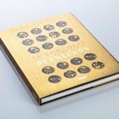 Cela fait 3 générations que les secrets du savoir-faire font maintenant parti de l'ADN de la famille. Ainsi, après le fils, Jean-Jacques, qui entretiendra la flamme cacaotée de 1990 à 2010, ce sont aujourd'hui, Philippe, le petit- fils, accompagné de ses deux sœurs, Candice et Stéphanie qui sont les gardiens de ce précieux héritage gourmand. Dans ce livre retrouvez les recettes traditionnelles des chocolats, des entremets et découvrez là où tout à commencé 📜 ⠀ Avec le code promo FETEDESMERES20 obtenez -20% sur l'achat de ce livre. ⠀ #codepromo #promo #livre #secret #dynastie #famille #generation #chocolat #bernachonchocolat #