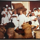 Tant de joie et de bonne humeur chez Bernachon, et ce depuis 1953 avec un portrait de Maurice et Jean-Jacques entourés de leur chocolatiers ! Ici, tout le monde travaille en partageant plaisir et rigueur : la recette secrète du bon goût Bernachon ✨😍 Il y a 2 chocolatières toujours présentes dans nos ateliers, dites-nous en commentaire de qui il s'agit ?😇 ⠀ #travail #work #joie #amour #archives #photo #tbt #insta #bernachonchocolat #partage